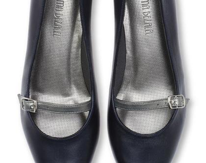 נעלי עקב מרובע בצבע כחול כהה ורצועת כסף (נעלי אריאל)