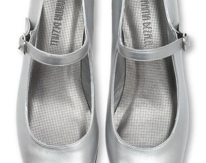 """נעלי עקב 3 ס""""מ בצבע כסף ורצועת כסף (נעלי סינדרלה)"""