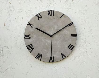 שעון בטון עם ספרות רומיות