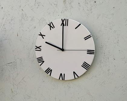 שעון בטון לבן עם ספרות רומיות