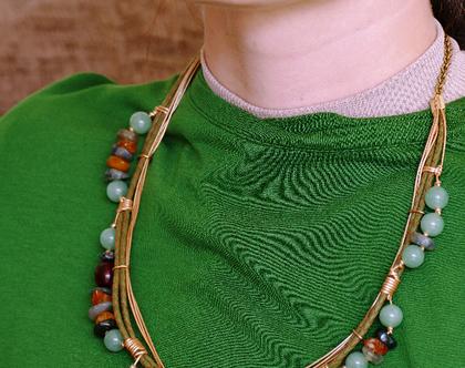 """שרשרת """"ילדת הכפר"""" מצרור אבני חן - ענבר ואוונטורין, עור ומתכת בציפוי זהב עמיד ואיכותי"""