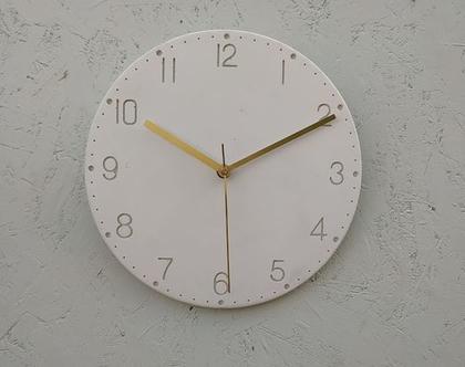 שעון בטון עם ספרות בצבע לבן