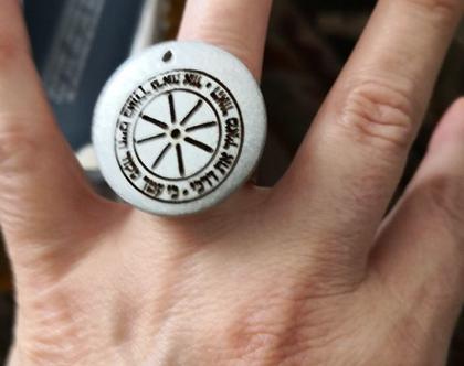 טבעת מעוצבת מקורית וייחודית. הסמל החרוט הוא של המלאך אוריאל האחראי על הארת דרכנו ובטחוננו בדרך בה אנו הולכים