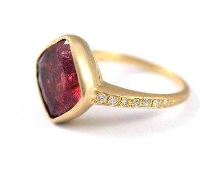 טבעת זהב   טבעת משובצת אבן חן   טורמלין ורוד מעושן   טבעות מעוצבות   מעצבת תכשיטים בתל אביב   טבעת אירוסין  