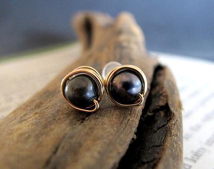 עגילים צמודים עם פנינה שחורה מזהב גולדפילד מלופפים