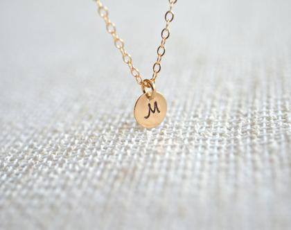 שרשרת זהב עם תליון אות. תליון זהב עגול עם חריטה