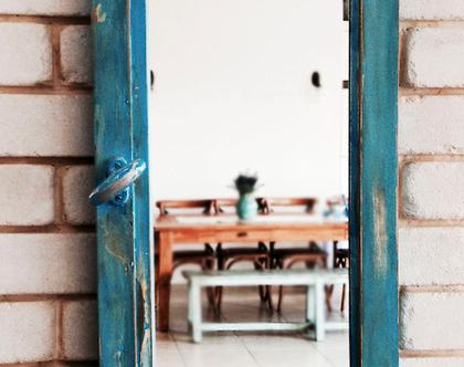 מראה מחלון בצבע כחול וינטג'