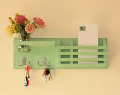 מתלה מפתחות מעוצב דגם ״ענבל״-עץ ממוחזר-ירקרק, מתנה מושלמת, אירגונית לדואר