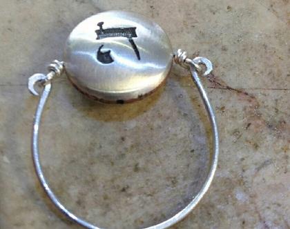 טבעת כסף עם חריטת אותיות