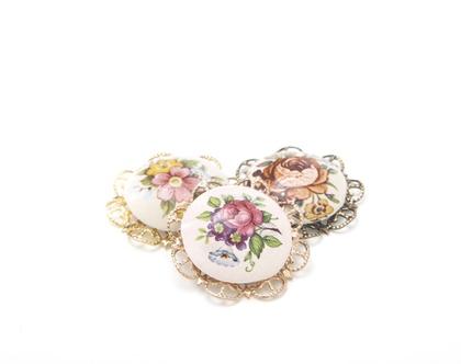 סיכת בגד פרחונית עם פרח קרמיקה, סיכת דש,סיכת דש בעבודת יד,סיכת וינטג׳,סיכת דש מיוחדת,סיכת בגד רומנטית