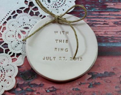 צלוחית לטבעות נישואין With this ring תאריך חתונה   מתנה לכלה   מתנה לחתונה   מתנה ליום נישואין   מתנה לאירוסין   כרית לטבעות נישואין