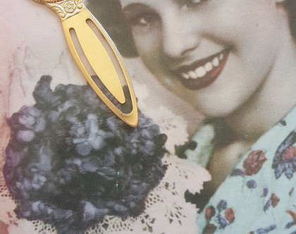סימניה לספר בציפוי זהב עם פרחים מוזהבים רקע ורוד