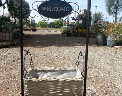 מעמד לשתילת צמחים בכניסה לבית