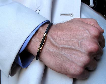צמיד עור לגבר - צמיד שחור עם זהב גולדפילד - מתנה