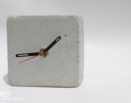 שעון קוביה מבטון | מחוגים שחור ואדום | שעון שולחני | שעון למשרד | שעון לבית | הום סטיילינג
