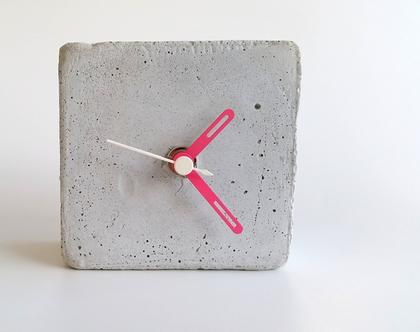 שעון קוביה מבטון | מחוגים ורוד ולבן | שעון שולחני | שעון למשרד | שעון לבית | הום סטיילינג