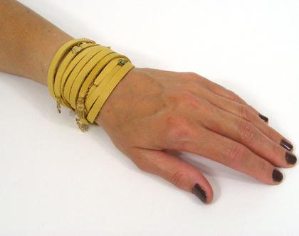 צמיד עור צהוב מתלפף עם קישוטים