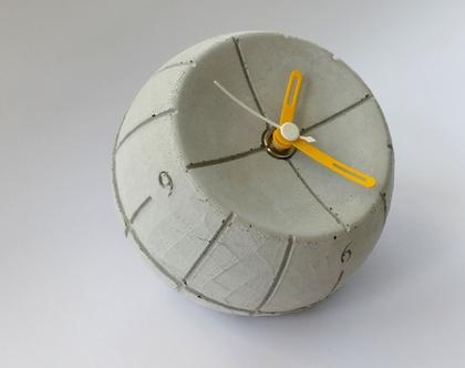 שעון עגול מבטון | מחוגים צהוב ולבן | עיצובים בבטון | מתנה מבטון | שעון שולחני מבטון