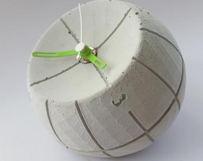 שעון עגול מבטון | מחוגים ירוק ולבן | עיצובים בבטון | מתנה מבטון | שעון שולחני מבטון| מתנה לאישה | מתנה לגבר | מתנה לבוס | מתנה לחנוכת בית