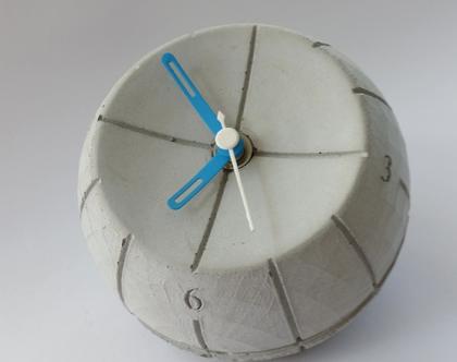 שעון עגול מבטון | מחוגים תכלת ולבן | עיצובים בבטון | מתנה מבטון | שעון שולחני מבטון