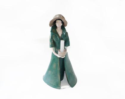 פסל אישה עם נר