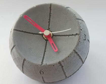 שעון עגול מבטון | מחוגים ורוד ולבן | עיצובים בבטון | מתנה מבטון | שעון שולחני מבטון | מתנה לחנוכת בית | מתנה לנערה | מתנה לאישה