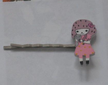 סיכת ראש ילדה עם שמלה ורודה מנוקדת וסוכרייה על מקל