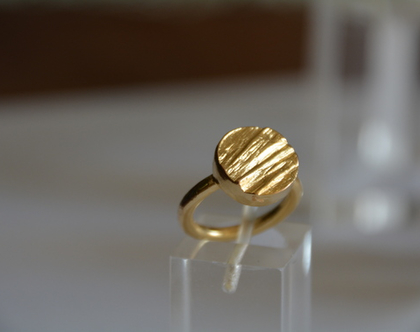 טבעת זהב, טבעת חותם עיגול מנוסר טבעת עגולה, טבעת לזרת, טבעת זהב לזרת, טבעת חותם זהב, טבעת בעבודת יד, מתנה לאישה, טבעת מעוצבת, אפרת מקוב