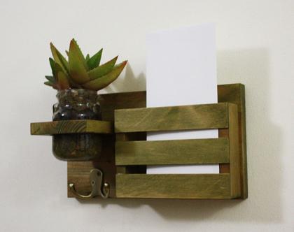 מתלה מפתחות מעוצב, תא לדואר, תא למכתבים, אגרטל תלוי, אירגונית לדואר, מתנה לחג, מתלה מפתחות מעוצב לכניסה לבית דגם ״אלין״-עץ ממוחזר (קטן) ירוק