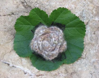 סיכת פרח סרוגה בגווני בז' מצמר מוהר עם תחרה שחורה