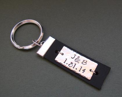 מחזיקי מפתחות עור עם חריטה אישית / הקדשה עם לוחית