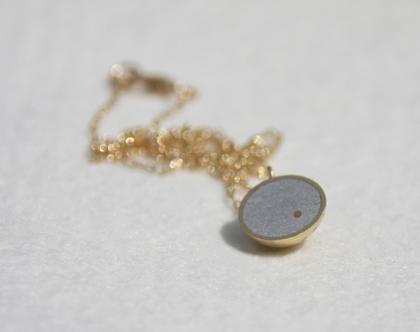 תליון חצי כדור זהב ובטון | שרשרת זהב עדינה | שרשרת זהב קלאסית | שרשרת זהב קצרה | שרשרת בציפוי זהב | שרשרת גולדפילד עדינה