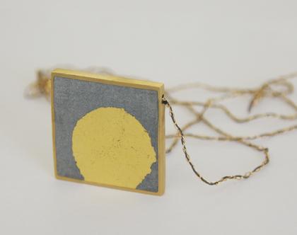 תליון מרובע - עלי זהב ובטון | שרשרת בציפוי זהב | תליון ריבוע גדול | שרשרת זהב ארוכה | תליון מינימליסטי | שרשרת עלי זהב |