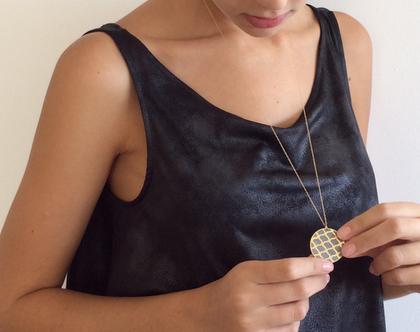שרשרת אורנמנט זהב ובטון | תליון עגול זהב ארוך