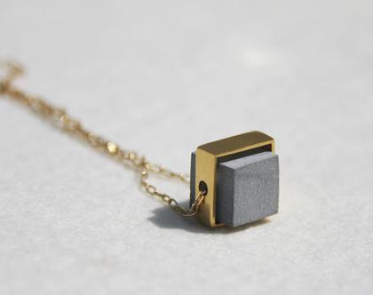 תליון קוביה זהב ובטון | תליון קצר