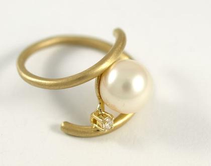טבעת זהב   טבעת אירוסין   טבעות משובצות פנינה   טבעות יהלום   טבעת בעיצוב אישי   מעצבת תכשיטים בתל אביב   אורה דן תכשיטים  