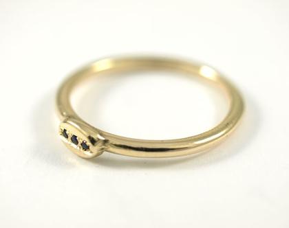 טבעת זהב עדינה - טבעת משובצת 3 אבני ספיר - טבעת אירוסין - טבעות זהב מעוצבות - עיצוב תכשיטים בהזמנה - תכשיטים מעוצבים - אורה דן תכשיטים