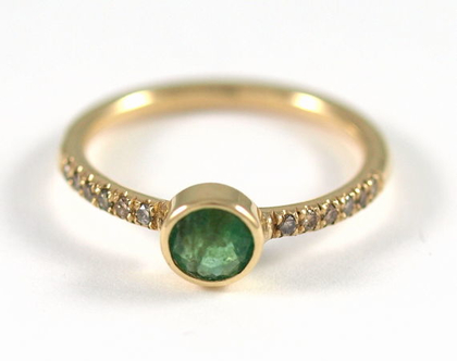 טבעת זהב   אבן אמרלד   טבעת יהלומים   טבעת אירוסין   מעצבת תכשיטים בתל אביב   טבעת אירוסין בעיצוב אישי   אורה דן  