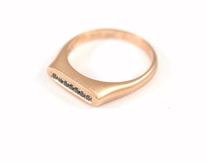 טבעת זהב אדום   יהלומים שחורים   טבעת אירוסין משובצת יהלומים שחורים   אורה דן מעצבת תכשיטים   סטודיו לתכשיטים בתל אביב  