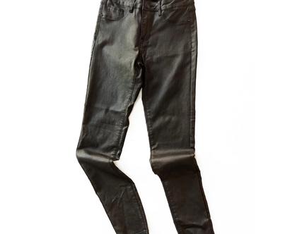 מכנסים במראה רטוב