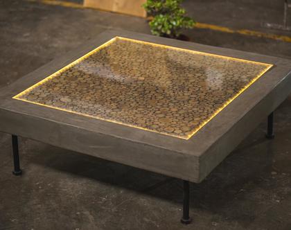 שולחן סלון מעוצב בשילוב בולי עץ, בטון ותאורה פנימית
