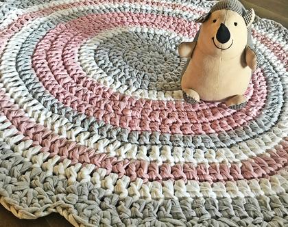 שטיח סרוג לחדר של תינוקת,ורוד בהיר ורך בשילוב אפרו בהיר ושמנת , שטיח לחדר של ילדה , שטיח עגול, שטיח רך ונעים בגוונים רכים ובהירים .