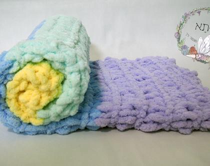 שמיכת תינוק בסריגת יד - שמיכת קשת בענן - צהוב, ירוק, כחול, סגול
