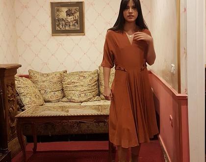 שמלה צנועה, שמלה עם וי בחזה, שמלה שרוול 3/4, שמלה ארוכה, שמלה בצבע חמרה, שמלה חומה, שמלה אדומה, שמלה וינטג', שמלה אלגנטית, שמלה לאירוע