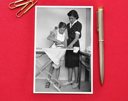 """גלויה: תלמידות בית ספר """"גאולה"""", מכינות בגדים עבור פליטים, תל-אביב, 1946"""
