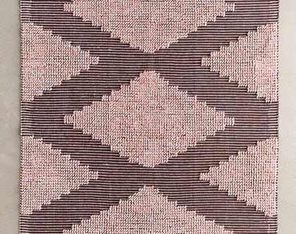 שטיח מעויינים ורוד בעיצוב נורדי