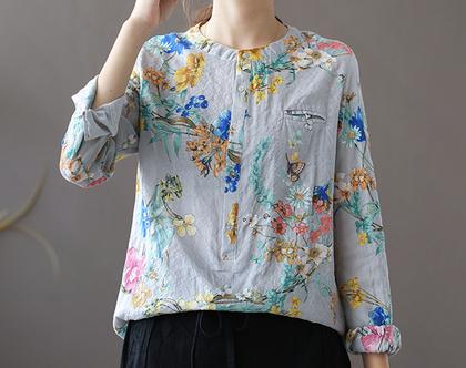 חולצת פרחים על אפור