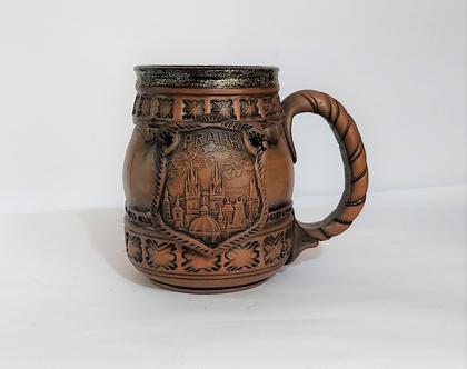 """כוס בירה קלאסית, עם ידית,עבודת יד איכותית ומסיבית , עם פלאק מחובר עם כיתוב - """"פראגה"""" ונוף העיר עצמה. תוצרת צ'כית. עשוי מקרמיקה."""