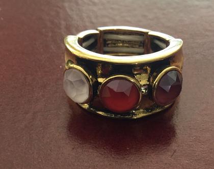 טבעת מעצבים זהובה משובצת אבני סברובסקי וניתנת להרחבה