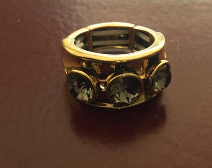 טבעת מעצבים זהובה משובצת אבני סברובסקי וניתנת להרחבה [CLONE]